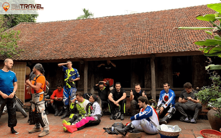 hanoi-dirt-bike-tour-to-duong-lam-ancient-village